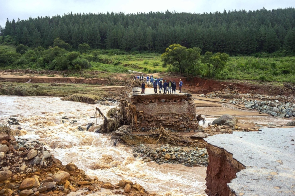 Timber company workers were stranded by a washed out bridge in Chimanimani in eastern Zimbabwe by floodwaters from Cyclone Idai, on 18 March 2019. Photo: Zinyange Auntony / AFP / Getty Images