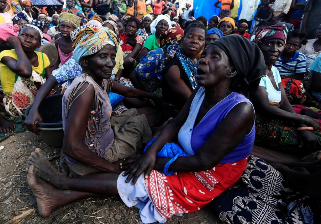 Women wait to receive aid at a camp for the people displaced in the aftermath of Cyclone Idai in John Segredo near Beira, Mozambique, 31 March 2019. Zohra Bensemra / Reuters