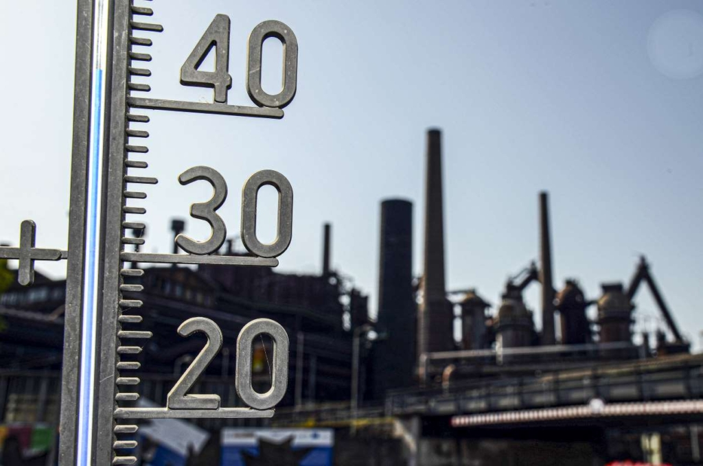 A thermometer show the temperature of over 40 degrees at the Volklingen Ironworks in Volklingen, Germany on 24 July 2019. Photo: Harald Tittel / AFP / Getty Images