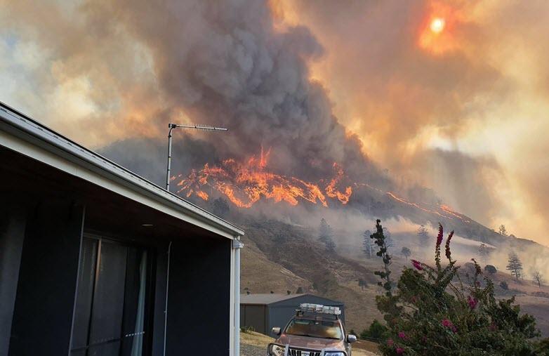 A bushfire burns in the Gold Coast hinterland on Saturday, 7 September 2019. Photo: Aleksandar Romanov / AAP Image