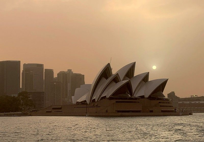 Smoke from bushfires shrouds the skyline in Sydney, Australia 12 November 2019. Photo: John Mair / REUTERS