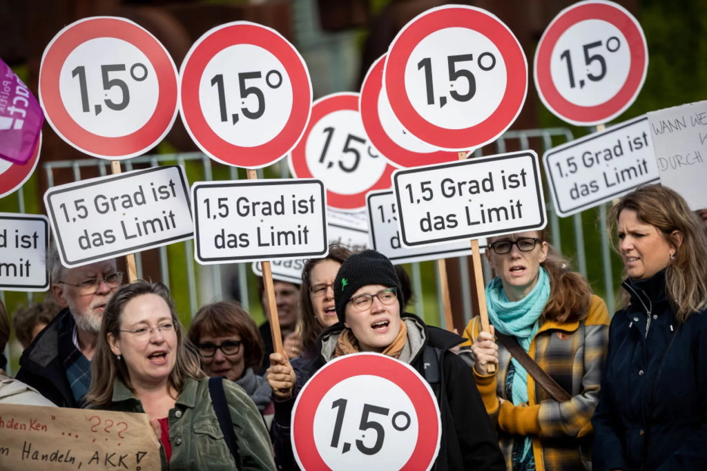 Activists in Berlin stood with signs calling for limiting global warming to 1.5 degrees Celsius at a rally that criticized Germany's insufficient climate policy on 29 May 2019. Photo: Michael Kappeler / picture alliance / Getty Image